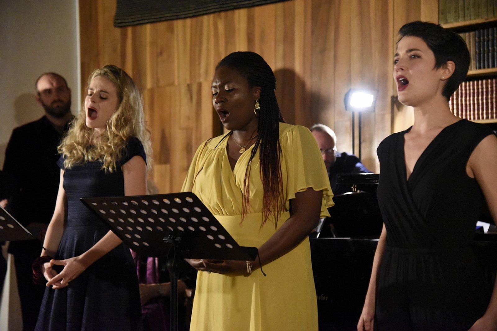 Trio Caroline, Cyrielle, Natalie par O. Monoyez
